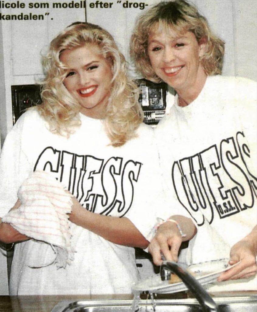 Anna Nicole and Stina Dobrowski at Marilyn Monroe's home 5th Helena Drive